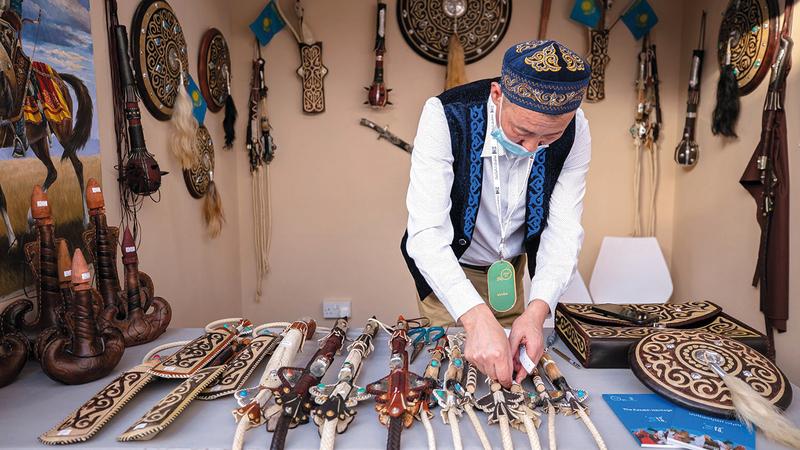 تنوّع لافت في جناح كازاخستان التي تحلّ ضيفاً مميزاً على فعاليات الدورة الـ18 من «الأيام».  من المصدر