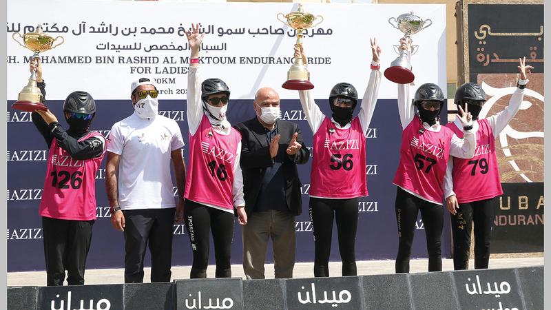 من تتويج الفائزات في كأس السيدات أمس.  تصوير: أسامة أبوغانم