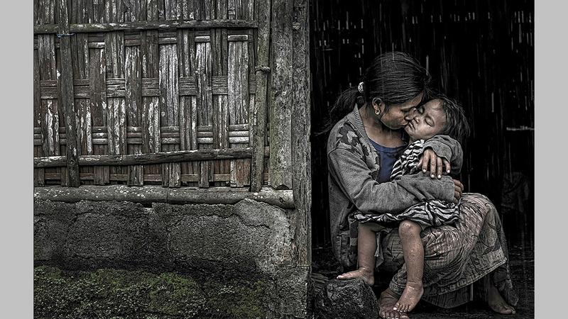 أم تمطر ابنتها بالقبلات.. وسماء تهطل بالخير في صورة جابريلا.  من المصدر