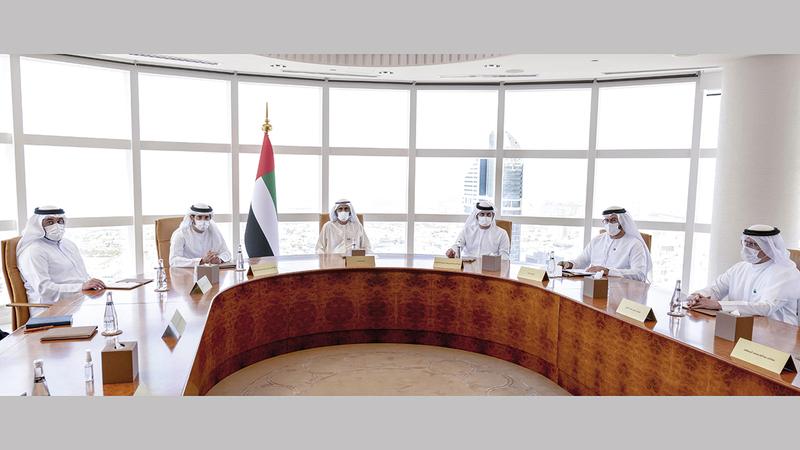 محمد بن راشد خلال ترؤسه اجتماع مجلس دبي بحضور حمدان بن محمد ومكتوم بن محمد.  وام