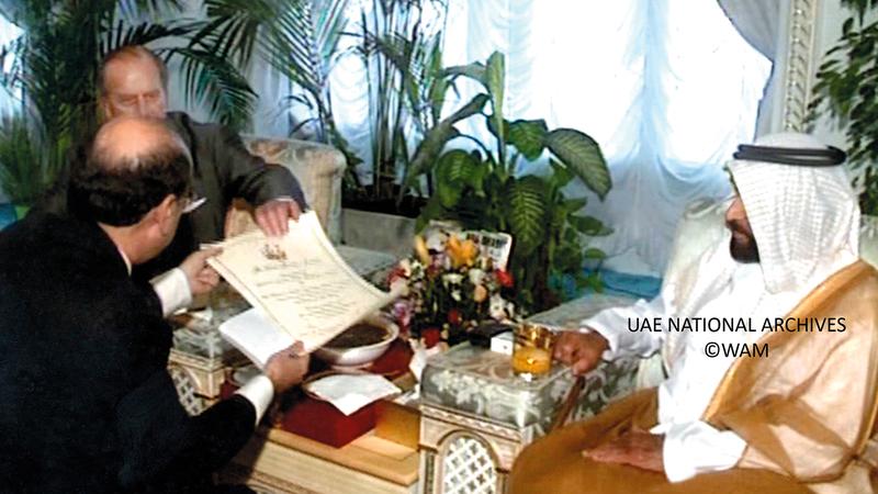 الشيخ زايد بن سلطان آل نهيان يتسلم جائزة «الباندا الذهبية» من الصندوق العالمي للحفاظ على الطبيعة، ويسلمه الجائزة الأمير فيليب دوق أدنبره في قصر الوثبة، 6 مارس 1997.