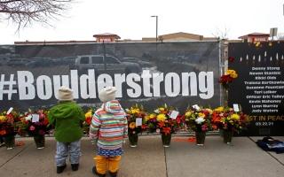 الصورة: بالصور: نصب تذكاري لضحايا إطلاق النار الجماعي في كولورادو الأميركية