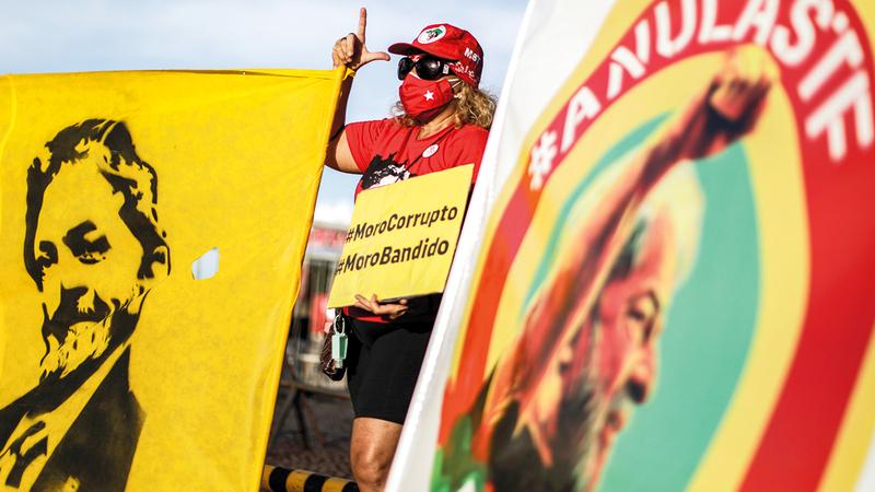 إحدى أنصار لولا ترفع صورته خلال تظاهرة تأييد له خارج مبنى المحكمة في ساوباولو. رويترز