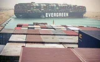 الصورة: إيقاف الملاحة في قناة السويس وسط جهود تعويم سفينة جانحة