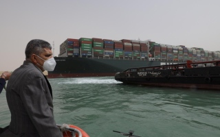 الصورة: سفينة حاويات عملاقة تتسبب في توقف الملاحة بقناة السويس