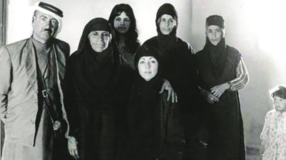 سيلفيا رافاييل في سورية مع مجموعة بدويات اثناء قيامها بعملية تجسس. أرشيفية