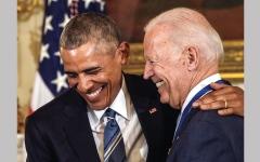 الصورة: بايدن وأوباما يرتبطان بعلاقة «أخوة رومانسية»