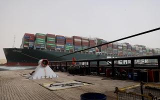 الصورة: تعطل حركة الملاحة بقناة السويس لليوم الرابع بعد جنوح سفينة ضخمة