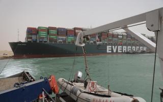 الصورة: تكدس الشاحنات في قناة السويس يضر بإمدادات قطاع الصناعة الألماني