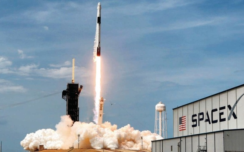 الصورة: «سبيس إكس» تطلق 240 قمراً من طراز «ستارلنك» إلى الفضاء