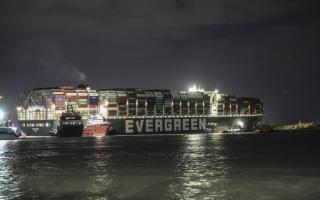 الصورة: تحرّك السفينة الجانحة في السويس مع جريان المياه تحتها