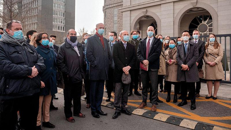 دبلوماسيو 26 دولة رافقوا أخيراً زميلهم الكندي إلى المحكمة في بكين.   أ.ف.ب