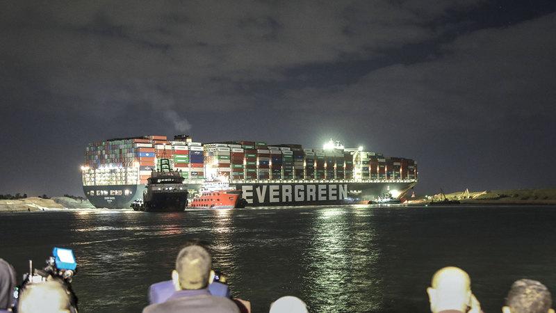عاصفة رملية عرقلت مسار السفينة «إيفر جيفن».   أ.ب