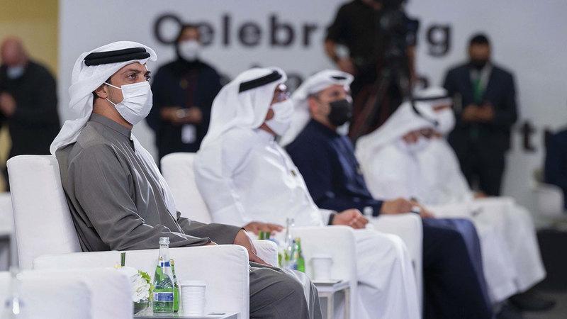 منصور بن زايد خلال حضوره احتفالية أقيمت في سوق أبوظبي العالمي بمناسبة إطلاق العقود.  وام