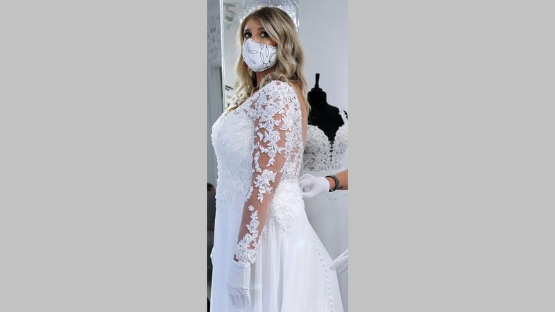 آنا بتلر راضية عن حفل زفافها البسيط.   من المصدر