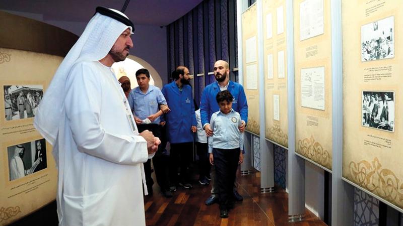 أطفال ومرافقوهم يستمعون إلى شرح عن قيام الاتحاد في قاعة الشيخ زايد بن سلطان. «الأرشيف الوطني»