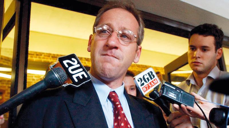 كريغ فولبيغ يتحدث إلى وسائل الإعلام خارج المحكمة العليا في مايو 2001.  من المصدر