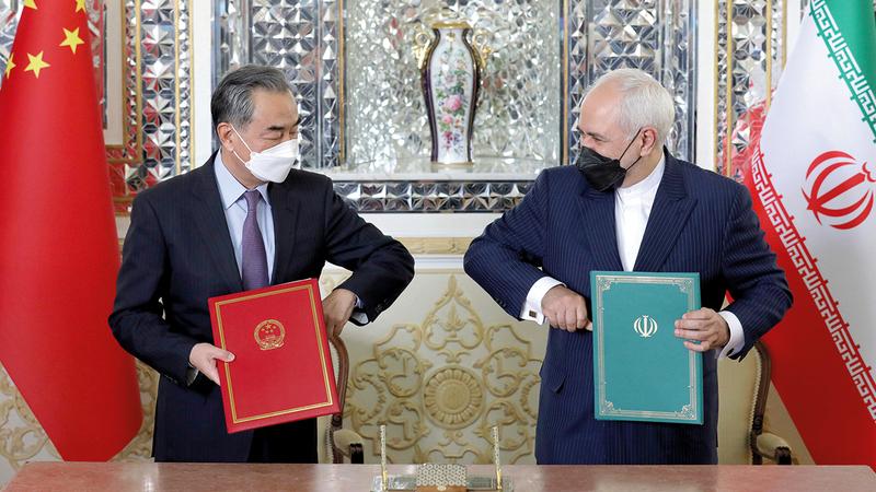 وانغ يي وقع الوثائق الرسمية مع ظريف خلال زيارته إلى طهران.  أرشيفية