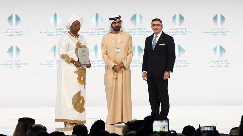 محمد بن راشد خلال تكريمه أوا ماري كول سيك الفائزة بجائزة أفضل وزير لعام 2017.    من المصدر