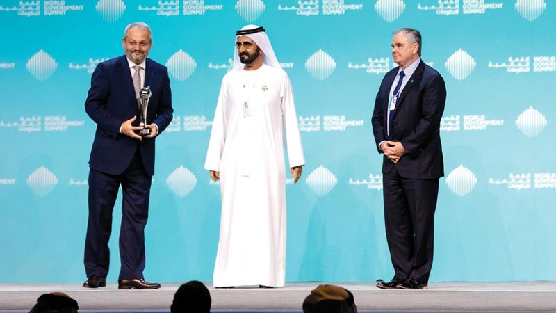 محمد بن راشد خلال تكريمه فيروز الدين فيروز الفائز بجائزة أفضل وزير لعام 2019.