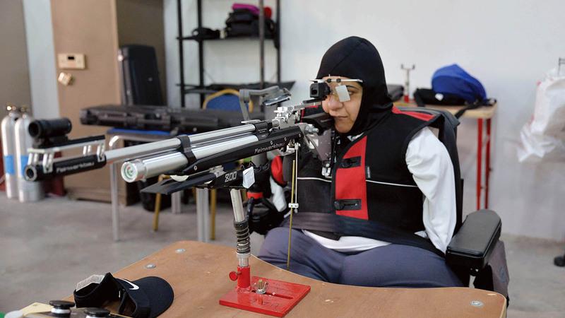 عائشة الشامسي تتسلح بالعزيمة والإصرار لتخطي إعاقة «متلازمة فقدان الأطراف».  من المصدر