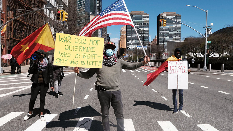 متظاهرون من التغراي أمام مبنى الأمم المتحدة ينددون بالأساليب الوحشية للحكومة الإثيوبية حيال شعبهم.  أ.ف.ب
