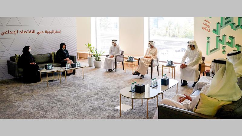محمد بن راشد خلال إطلاق استراتيجية دبي للاقتصاد الإبداعي.  من المصدر