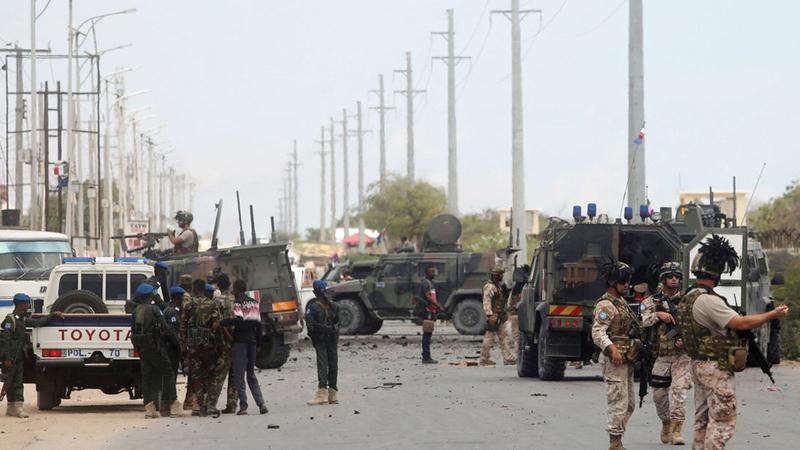 جنود يتبعون الفرقة الإيطالية العاملة في الصومال يقفون في موقع تعرّضت فيه إحدى القوافل التابعة لهم لهجوم بمقديشو.   أرشيفية