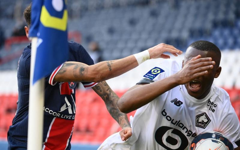 الصورة: بالفيديو: نيمار يعتدي على مدافع ليل بالملعب وفي ممر اللاعبين