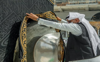الصورة: بالصور: بدء الصيانة الموسمية للكعبة المشرفة استعداداً لشهر رمضان المبارك
