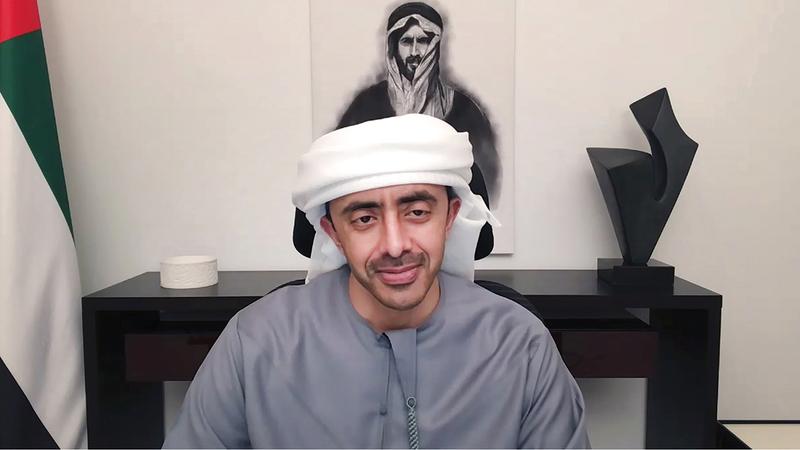 عبدالله بن زايد خلال ترؤسه الاجتماع الذي عُقد عبر تقنية الاتصال المرئي.   وام