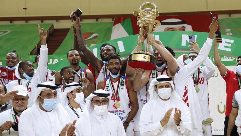 سعيد بن صقر القاسمي توّج لاعبي الشارقة أبطالاً لكأس السلة.   من المصدر