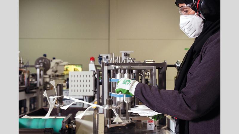 معظم العاملين في تصنيع الكمامات المنتَجة عبر خط الإنتاج في العين مواطنات.   من المصدر