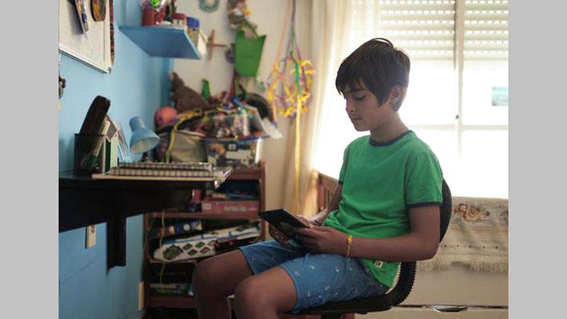 طالب يدرس في منزله.  من المصدر