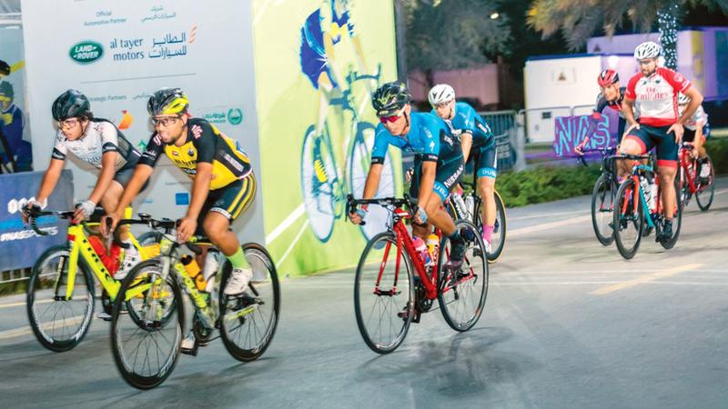 إقبال كبير على المشاركة في منافسات الدراجات الهوائية والجري.  من المصدر