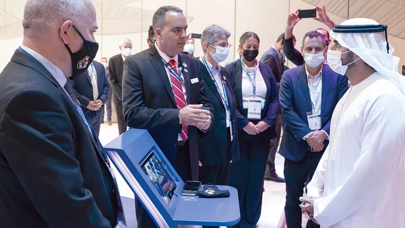 حمدان بن محمد خلال جولة في أروقة معرض «سايبر تك جلوبال 2021». وام