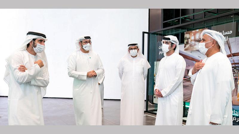 حمدان بن محمد خلال إطلاق مشروع «منطقة القوز الإبداعية» بحضور مكتوم بن محمد.  من المصدر