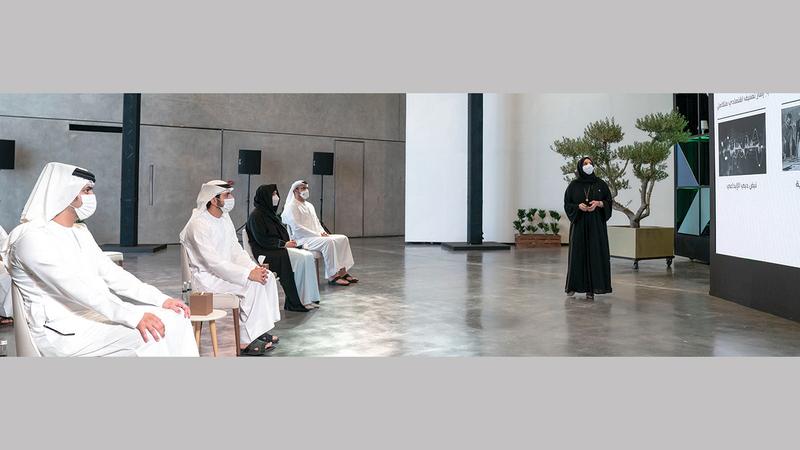حمدان بن محمد ومكتوم بن محمد ولطيفة بنت محمد يطّلعون على تفاصيل مشروع «القوز الإبداعية».  من المصدر