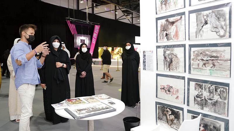 لطيفة بنت محمد خلال جولتها في أروقة المعرض الذي يستمر حتى 10 أبريل الجاري.   من المصدر