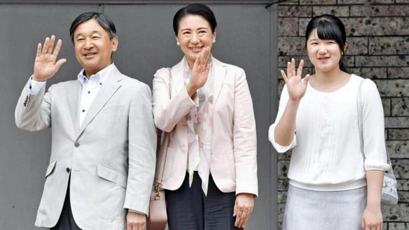 العائلة الإمبراطورية لديها ابنة واحدة هي الأميرة إيكو «إلى اليمين».   أرشيفية