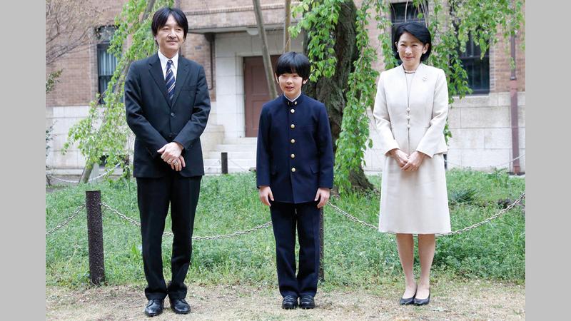الأمير هيساهيتو «14 عاماً» (في المنتصف) أحد ورثة العرش.     أ.ف.ب