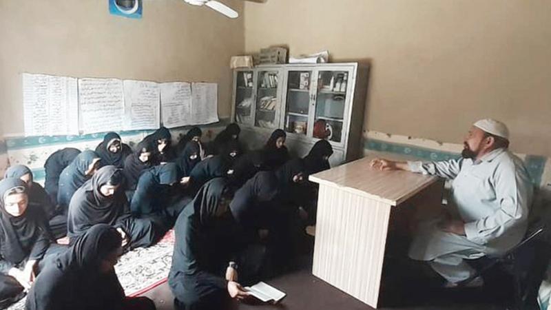 «حبيب الرحمن» يتخذ من غرفة معيشته فصلاً دراسياً لتقديم التعليم للفتيات.   من المصدر