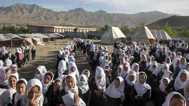 فتيات يتلقين التعليم في العراء.   غيتي