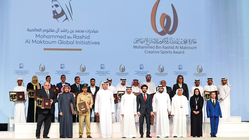 حمدان بن محمد خلال تكريم الفائزين في النسخة الأخيرة بحضور أحمد بن محمد.  من المصدر