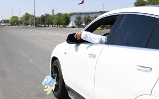 الصورة: شرطة أبوظبي تحذّر من إلقاء الكمامات والقفازات على الطرق بعد استخدامها