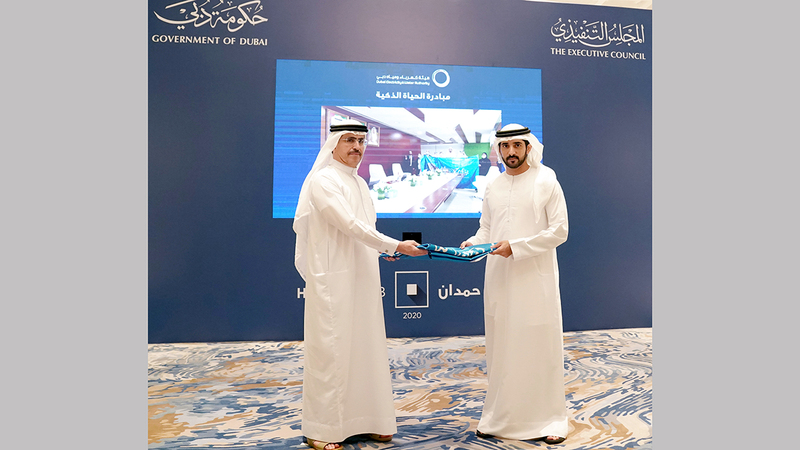 وليّ عهد دبي خلال تسليم «راية حمدان بن محمد للخدمات الحكومية 2020» إلى هيئة كهرباء ومياه دبي.  وام