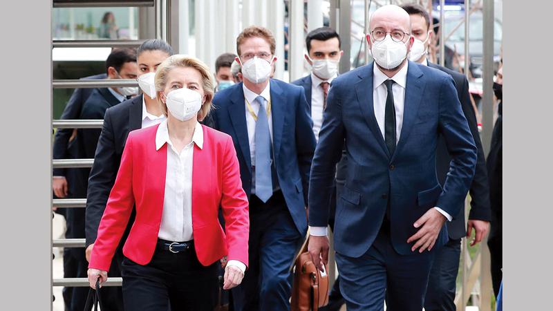 أورسولا وشارل في طريقهما إلى المؤتمر الصحافي المشترك عقب لقاء الجانب التركي.  أ.ف.ب