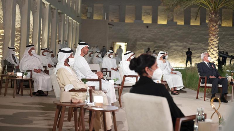 محمد بن زايد خلال حفل «جائزة أبوظبي» في نسختها العاشرة.   وام