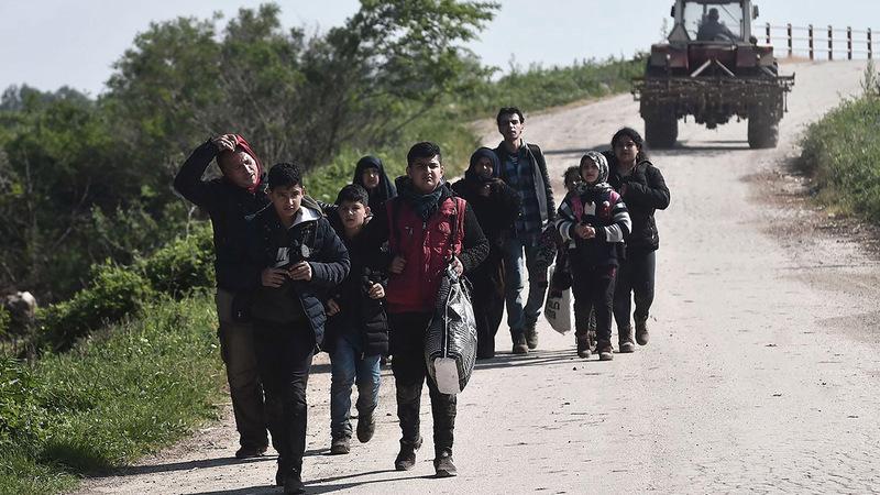 مجموعة من اللاجئين السوريين يعبرون نهر إيفروس على الحدود بين تركيا واليونان. غيتي