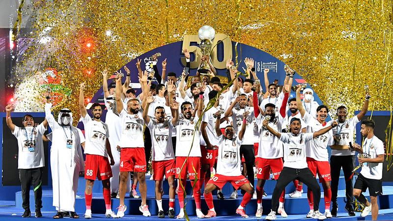 «فرسان دبي» يحتفلون بكأس الخليج العربي على منصة التتويج. À تصوير: أسامة أبوغانم